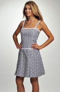 Modní šaty fialové barvy zdobené bílou stuhou