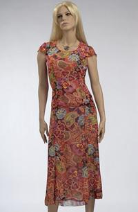 Nadčasový letní komplet tvoří kombinace topu a sukně.