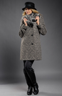 Kabát s velkým kožešinovým límcem v béžovočerném dezénu
