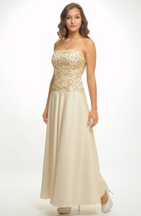 Korzetové šaty na ramínka mají širokou kolovou sukni.