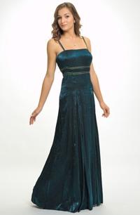 Dlouhé plesové šaty z lesklého taftu s krajkovým zdobením