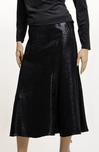 Černá společenská zvonková sukně v lesku kůže