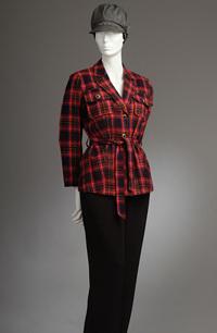 Jarní károvaný kabátek s páskem a kapsami, zdobený kovovými knoflíky.