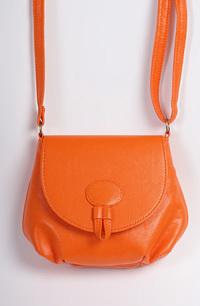 Módní oděvní doplňky - dámská kabelka s páskem v barvě oranžové.