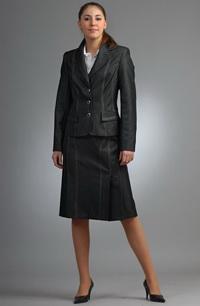 Dámský kostýmek se sukní se sklady je zdobený štepováním.
