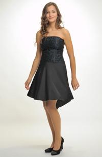 Krátké černé společenské šaty na ples s asymetrickou sukní 97e4e33240