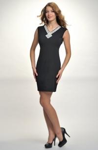 Dívčí koktejlové šaty s velkou stříbrnou ozdobou