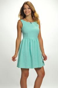 Dívčí šaty na širší ramínka jsou vhodné pro taneční kurzy.