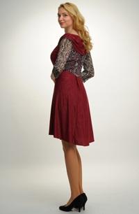 Letní společenské šaty se zajímavým střihem z jemné pleteniny