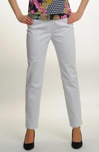 Velmi módní bílé úzké kalhoty z jemné rifloviny s elastanem