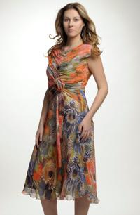 Letní dámské šaty s řaseným květinovým živůtkem.