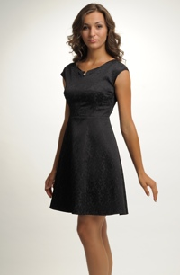 Elegantní malé černé koktejlové šaty v mírně rozšířené siluetě. V nabídce jsou vel. 36, 38, 40, 42, 44.