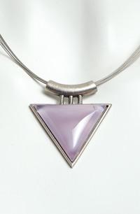 Náhrdelník na kovovém lanku fialkový