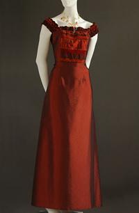 Šaty se zdobeným sedlem na široká ramínka, raminka jsou elastická.
