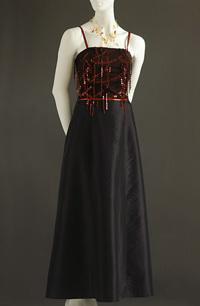Šaty s korzetovým živůtkem zdobeným flitrovýmí šnůrkami.