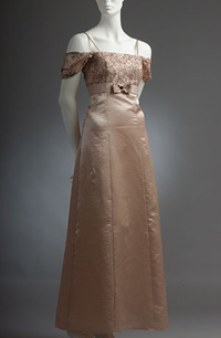 Dlouhé princesové šaty, sedýlko a spadenéné rukávky.