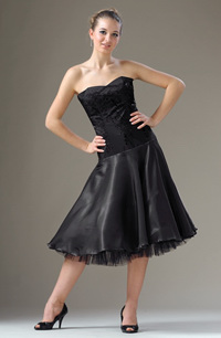 Šaty jak na standardní tance s kolovou sukní z organzy.