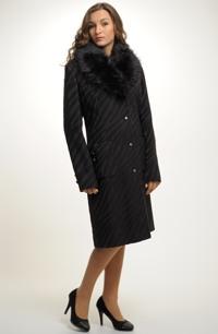 Kabát v retro-stylu s velkou položenou fazónou
