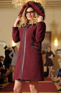 Elegantní dámské paleto s kapucí s bohatou kožešinou