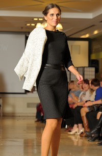 Mladistvý pletený dámský kostýmek z žebrové pleteniny.
