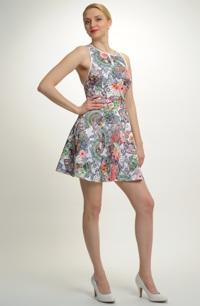 Koktejlové krátké šaty na širší ramínka z plastického materiálu, vhodné pro štíhlejší postavy.