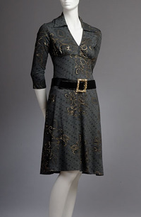 Elastické šaty nabírané pod prsy s páskem a tříčtvrtečními rukávy