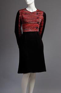 Pletené šaty se sedlem zdobeným knofliky