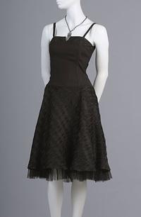 Černé koretové minišaty s černou károvanou kolovou sukní jsou zdobené u živůtku károvaným lemem.Sukně má bohatou kolovou spodničku zdobenou tylem.