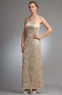 Střihově puritánsky jednoduché úzké svatební šaty se zajímavým materíálovým efektem našitých šnůrek. Zapínání vzadu na skrytý zip, rozparek.<br /> <b>MATERIÁL: </b><br /> Elastický bavlněný satén s elastickou výšivkou. Zl