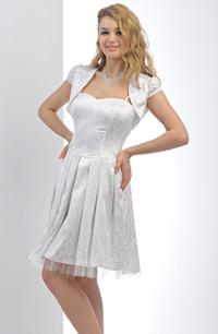 Krátké bílé společenské šaty se skládanou sukní lze doplnit bolerkem.