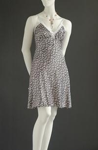 Letní šaty prádlového střihu s gumovou portou ve výstřihu