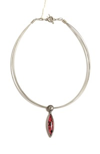 Náhrdelník na kovovém lanku s přívěškem ve tvaru kapky
