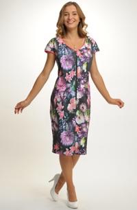 Společenské šaty s květinovým tikem.