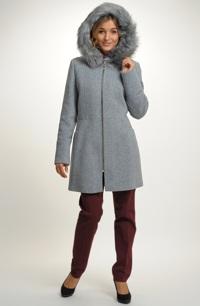 Dámský krátký kabát se zajímavým stříhovým řešením.