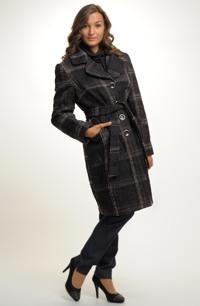 Zajímavý kabát z módního kostkovaného materiálu