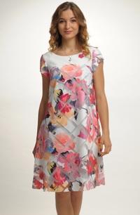 Módní dámské šaty s tiskem
