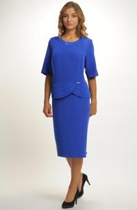 Krátké společenské šaty s rukávkem a s metalízovou ozdobou na šůsku