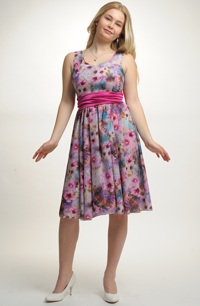 Lehké letní společenské šaty s módním potiskem květů