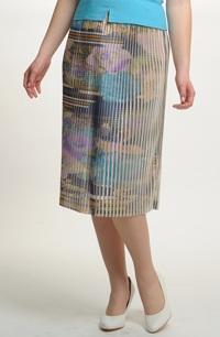 Sukně plisé s jemným vzorem.