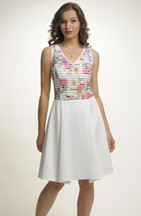 Koktejlové šaty v kombinaci plastických materiálů