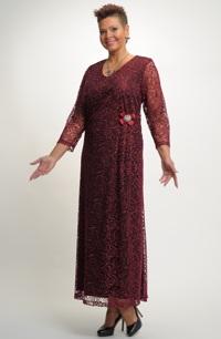 Elegantní elastické plesové šaty se sklady
