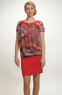 Mladistvé dívčí šaty nad kolena z módní síťoviny mají řasený živůtek. Vel. 38, 40, 42, 44