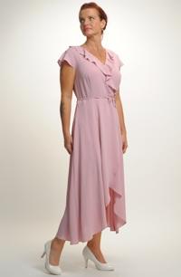 Pastelové letní šaty z pleteniny