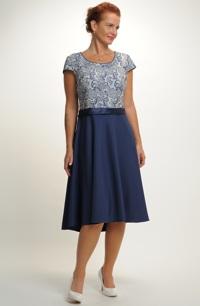 Elegantní modré šaty v délce pod kolena a se stuhou v pase