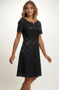 Dívčí černé společenské šaty pro plnější postavy.