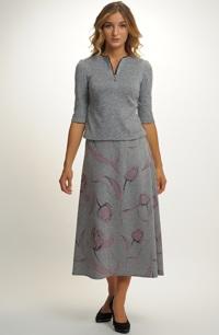 Dámský komplet z pleteniny tvoří halenka a mIdii sukně