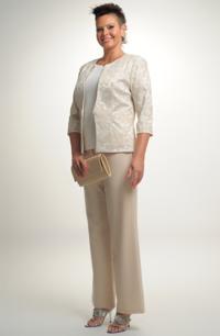 Kalhotový kostým ve světlé barvě. Dvojkombinace
