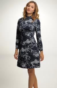 Pleteninové šaty ze zajímavého materiálů