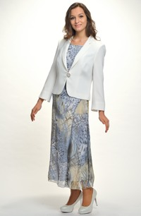 Nadčasový outfit tvoří kombinace topu, sukně a kabátku.