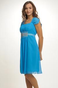 Společenské šaty v délce ke kolenům s řasením